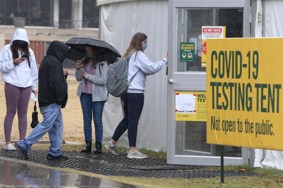 Waco: Studenten der Baylor Universität warten in einer Schlange vor einem Testzentrum auf dem Campus, um sich auf das Coronavirus testen zu lassen.