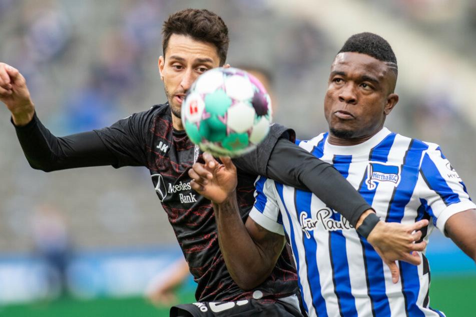 Herthas Jhon Cordoba (r.) kämpft gegen Atakan Karazor von VfB Stuttgart um den Ball.