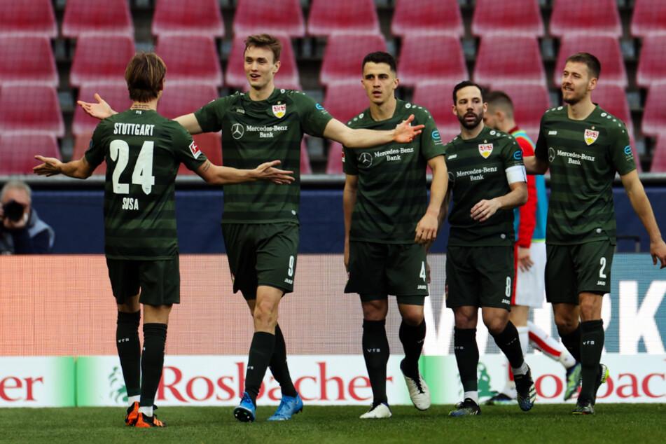 Sasa Kalajdzic (23, 2.v.l.) und Gonzalo Castro (33, 2.v.r.) fehlten im Mannschaftstraining des VfB Stuttgart. (Archivbild)