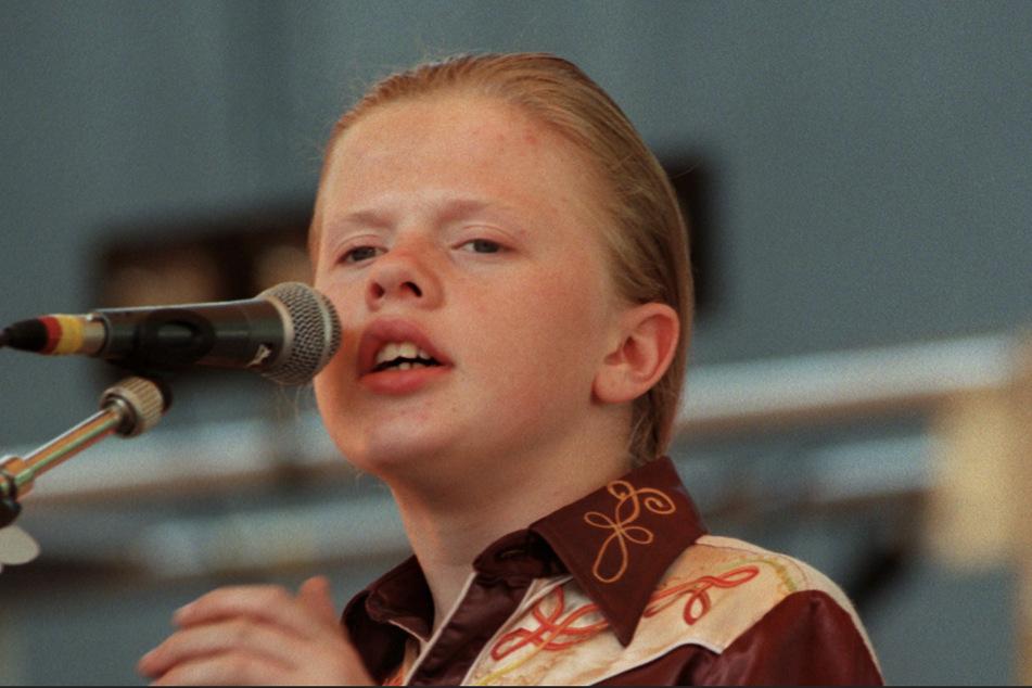 Angelo Kelly ist das jüngste Mitglied der Kelly-Family. Auf diesem Foto sang er 1995 bei einem Auftritt der Gruppe auf der Dresdner Freilichtbühne im Großen Garten.