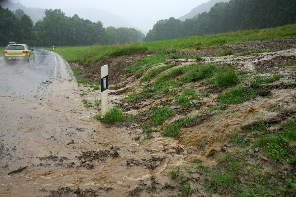 Vielerorts wurden Straßen von Schlamm und Geröll überschwemmt und so unbefahrbar.