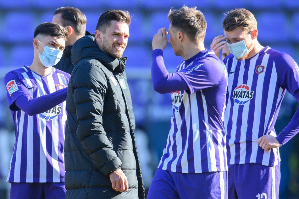 Die Spieler des FC Erzgebirge Aue verhielten sich tadellos, holten durch ein Tor von Pascal Testroet (2.v.l) einen Punkt gegen Hannover im Jubläumsspiel.