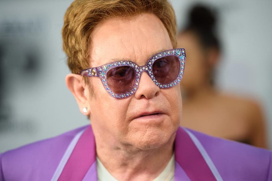 """Der britischer Sänger und Komponist Sir Elton John (73) bekannte im """"Rolling Stone""""-Magazin, er sei """"ziemlich zufrieden damit, schwul zu sein""""."""