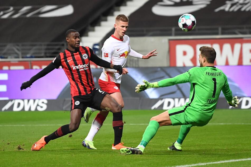 Leipzigs Spielmacher Dani Olmo (m.) umringt von Eintracht-Verteidiger Evan N'dicka (l.) und Nationaltorhüter Kevin Trapp.