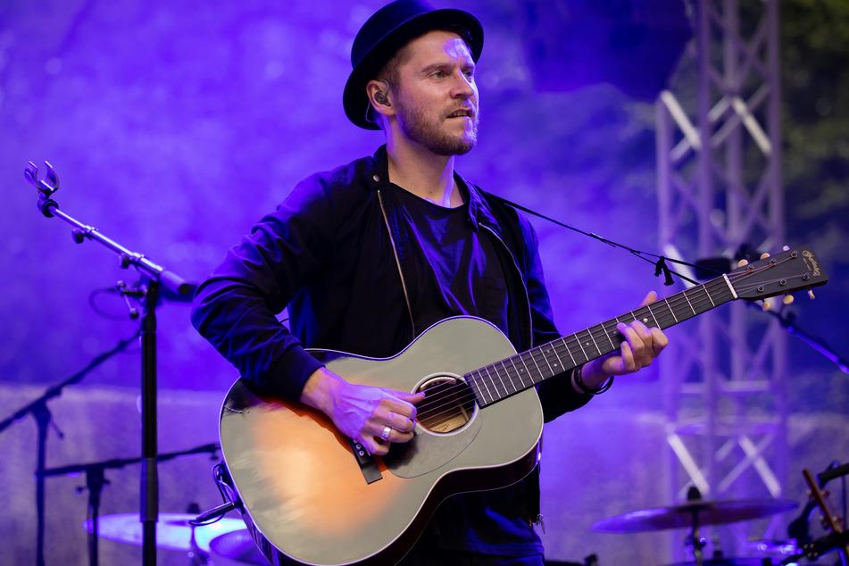 Johannes Oerding, Popsänger und Songwriter, steht bei einem Konzert auf der Open Air Bühne im Stadtpark.