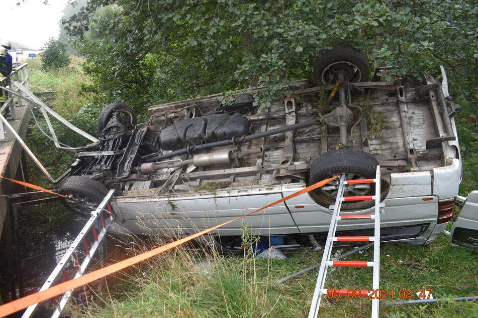 Das Auto der Geschädigten landete auf dem Dach im Straßengraben.