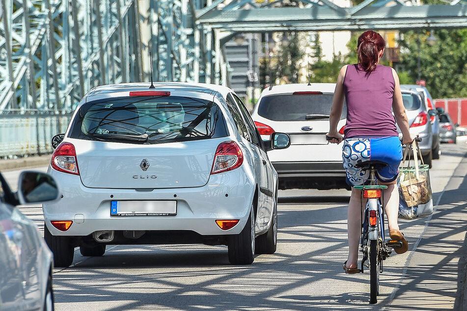 Radfahrer müssen auf der Straße übers Blaue Wunder fahren.