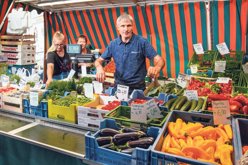 Gartenbauer Ralf Naumann (52) verkauft frisches Obst und Gemüse aus eigener Produktion auf dem Wochenmarkt.