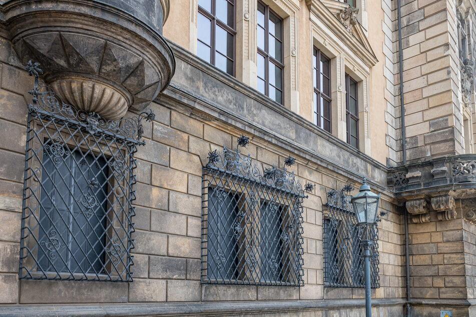 So sehen nun die dauerhaft verrammelten Fenster an der Chiaverigasse aus.
