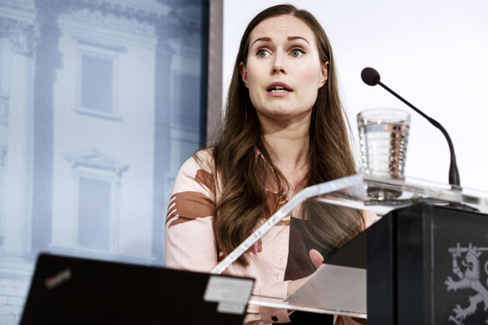 Helsinki: Sanna Marin, Ministerpräsidentin von Finnland, spricht bei einer Pressekonferenz. Die finnische Regierung hat die aktuelle Lage in der Corona-Krise bewertet und über erforderliche Maßnahmen diskutiert.