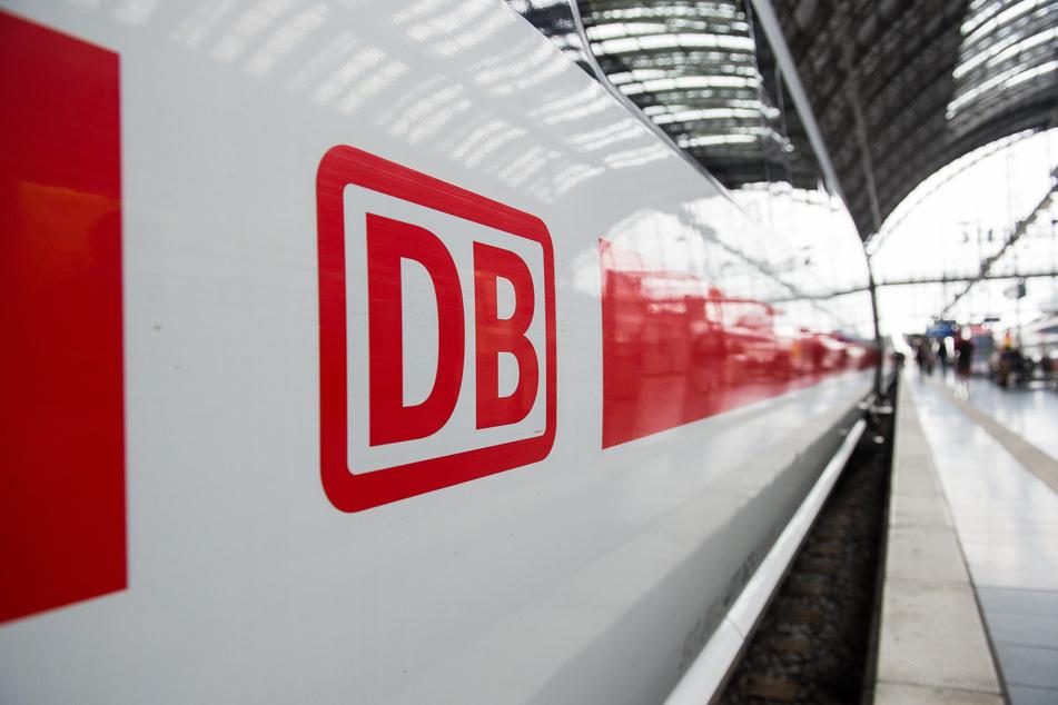 Das Logo der Deutschen Bahn ist auf einem ICE im Hauptbahnhof von Frankfurt am Main zu sehen. (Archivbild)