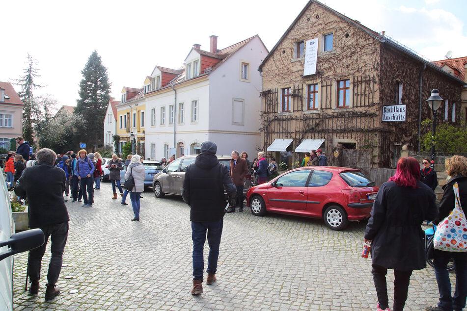 Zahlreiche Menschen fanden sich vor dem attackierten Buchladen ein.