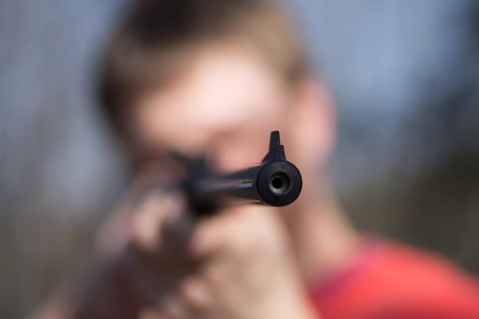 Pärchen mit Gewehr unterwegs: Zwei Polizisten bei Einsatz verletzt