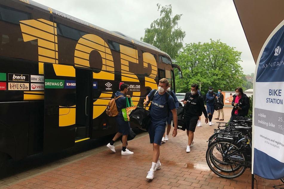 Aus dem Mannschaftsbus rein ins Sommerlager: Die SGD legt am 1. Juli mit dem Training für die neue Saison los.