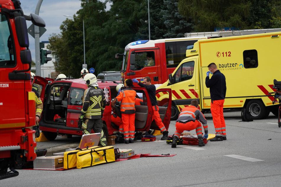 Kameraden der Feuerwehr rückten mit schwerem Gerät an, um den Dacia-Fahrer aus seinem Fahrzeug zu befreien.