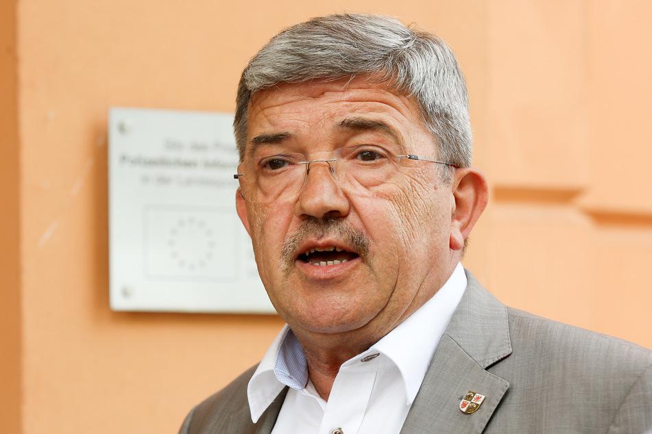 Lorenz Caffier, Innenminister von Mecklenburg-Vorpommern, gibt ein Pressestatement ab.