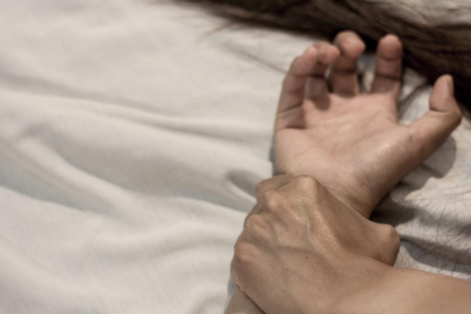 Der Sohn soll seine Mutter vergewaltigt haben (Symbolbild).
