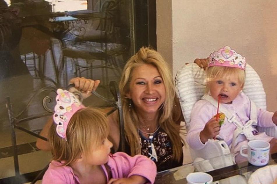 Mama Carmen Geiss (56) hat auf Instagram mal wieder einige alte Bilder mit ihren beiden Töchtern Davina (18, l.) und Shania (17) veröffentlicht.
