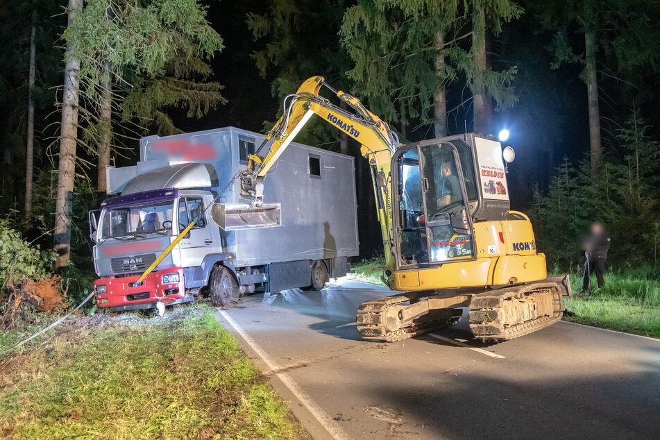 Der Laster wurde mit schwerem Gerät aufgerichtet und auf die Straße gezogen.