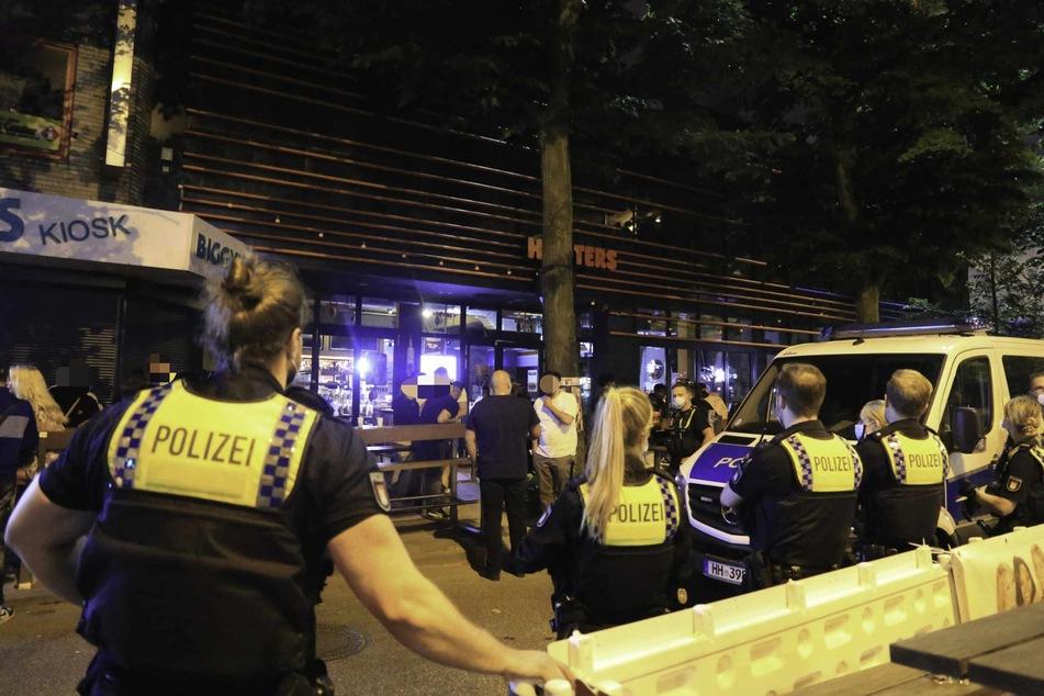 """Die Polizei löste die Party vor dem """"Hooters"""" auf der Reeperbahn auf."""