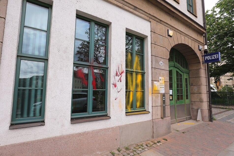 Das Polizeirevier Dresden-West wurde mit Farbe beschmiert.