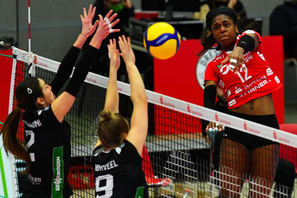 Linkshänderin Naya Crittenden (r.) im Angriff gegen den Straubinger Doppelblock mit Claudia Provaroni und Kjersti Norveel.