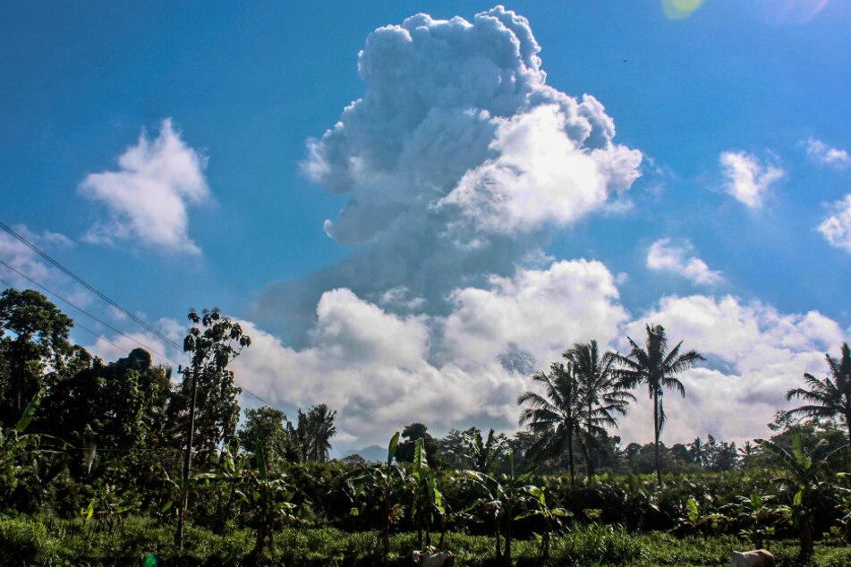 Eine Aschewolke wird vom Vulkan Merapi auf der indonesischen Insel Java ausgestoßen, gesehen vom Ort Sleman aus.