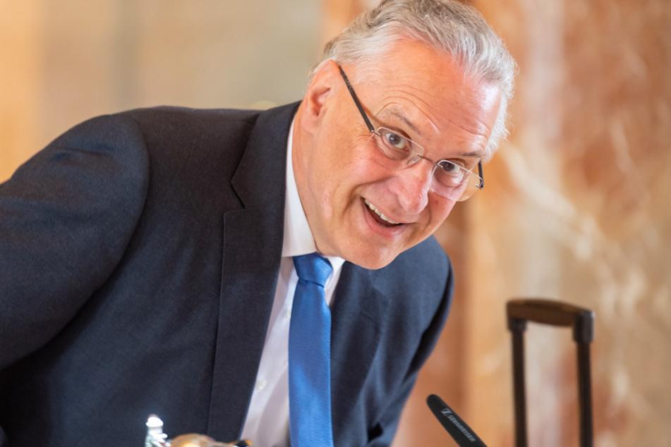 Joachim Herrmann (CSU), Innenminister von Bayern, nimmt zu Beginn der Kabinettssitzung seinem Platz in der Bayerischen Staatskanzlei ein.
