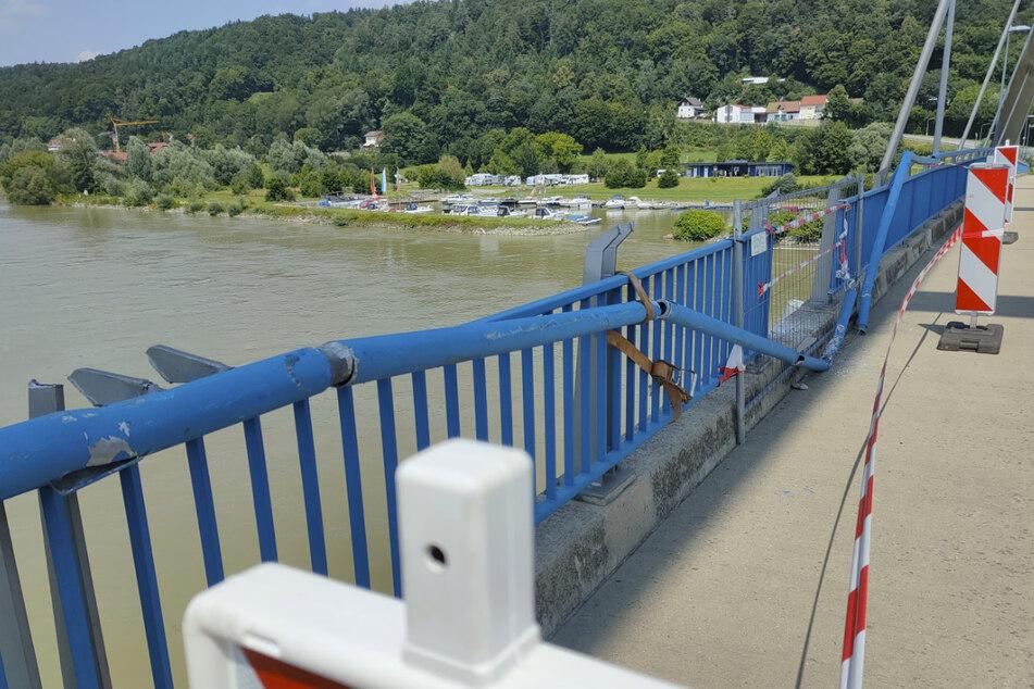 Das beschädigte Geländer auf der Marienbrücke.