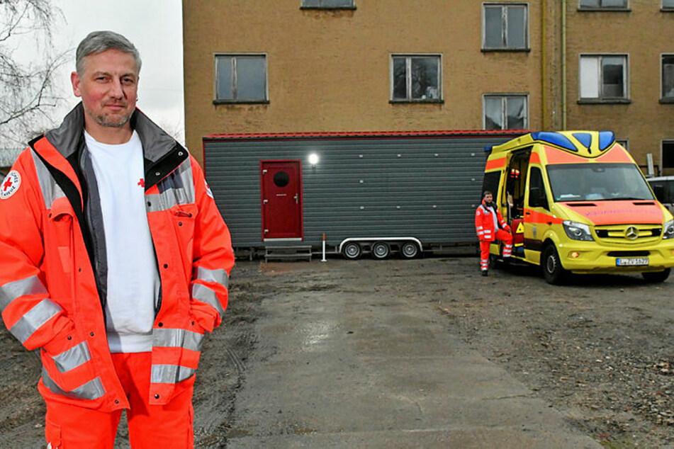 Rettungsassistent Lutz Lettau (52) wurde mit seinen Kollegen in einen Container auf Rädern abgeschoben.