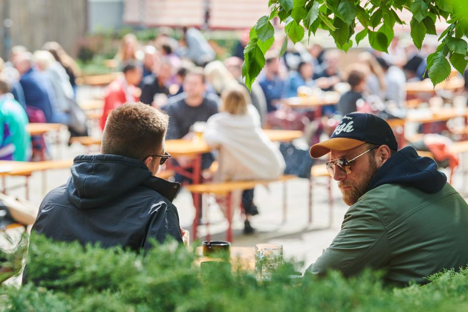 Viele Gäste sitzen an Pfingstsonntag im Prater, einem Biergarten in Mitte.