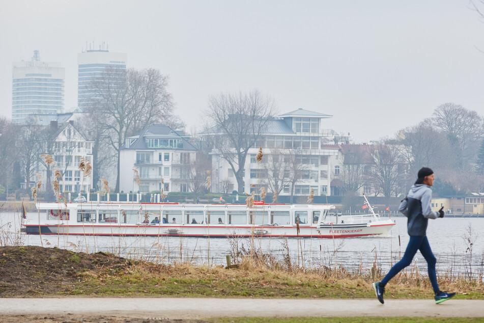 Ein Jogger ist an der Hamburger Alster unterwegs. An Wochenenden und Feiertagen muss hier keine Maske mehr getragen werden. (Archivbild)