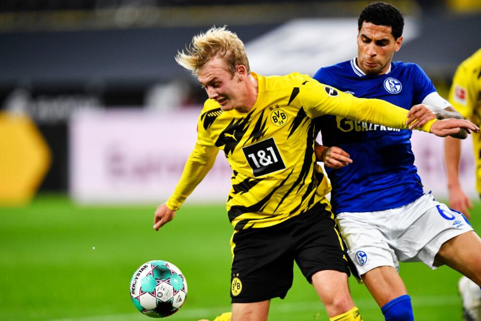 BVB-Angreifer Julian Brandt (l.) schirmt den Ball vor Schalkes Kapitän Omar Mascarell ab. Der deutsche Nationalspieler sprühte vor Spielfreude.