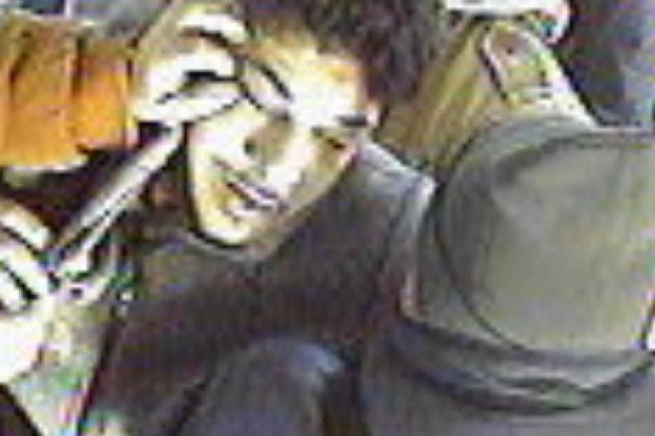 Wer kennt den abgebildeten Mann? Er griff in einer Erfurter Straßenbahn zwei Kontrolleure an.