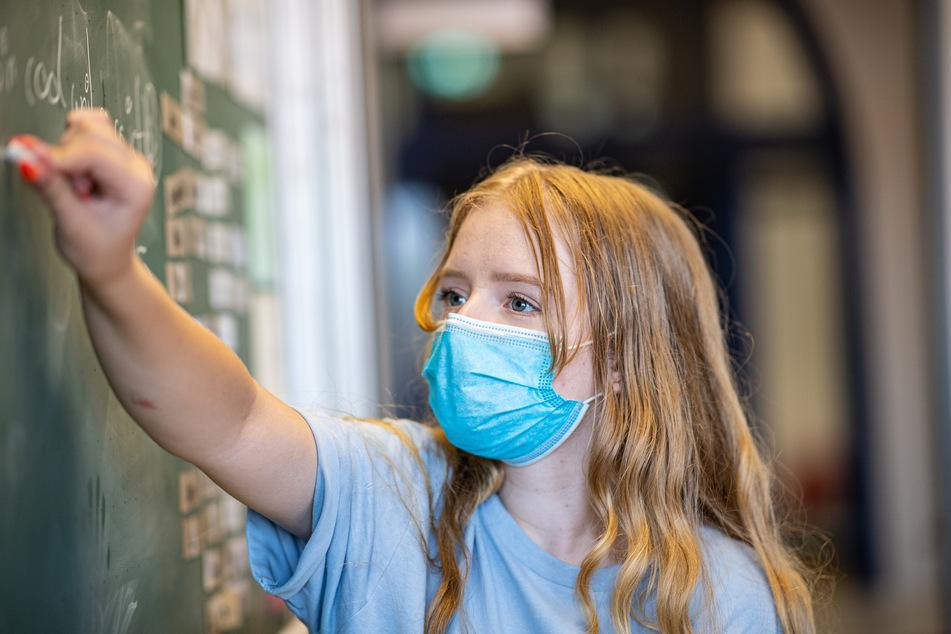 Die Meinungen zum Ende der Maskenpflicht im Unterricht in NRW reicht von Erleichterung bis Sorge. (Symbolbild)