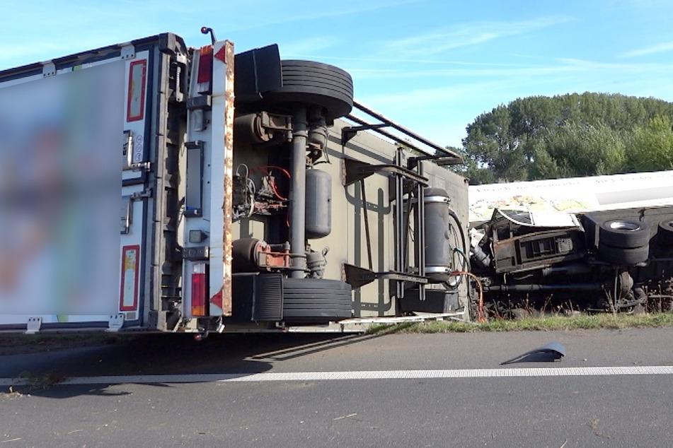 Vollsperrung der A36: Brummi kracht in Schilderwagen und landet im Graben