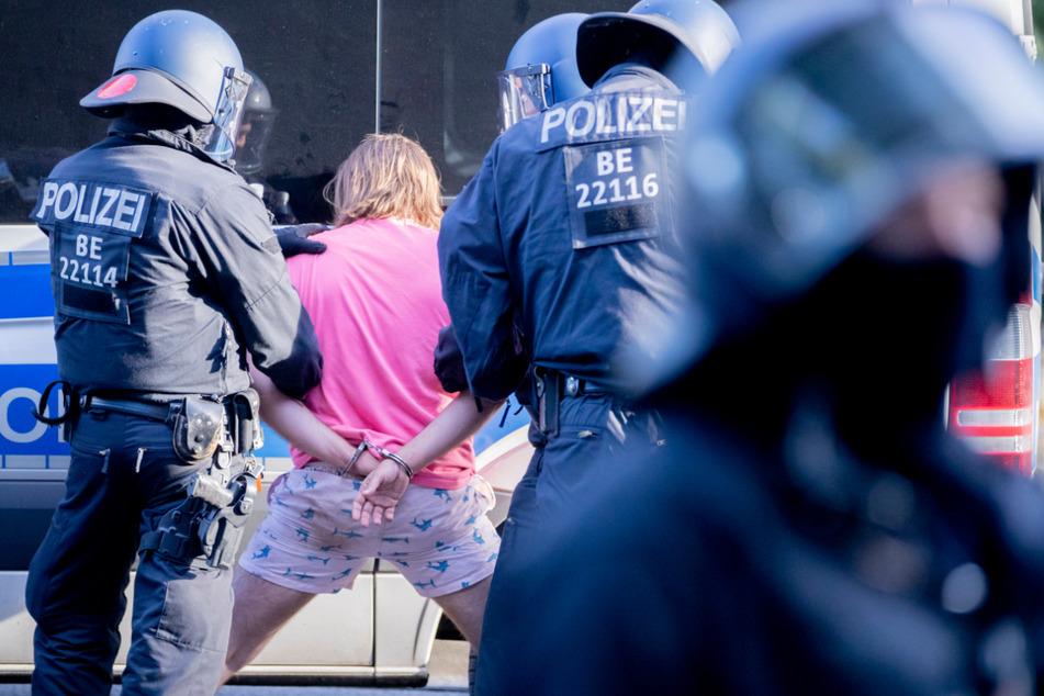 """Staatsschutz ermittelt: """"Querdenker""""-Gruppe bei Polizei und Bundeswehr?"""