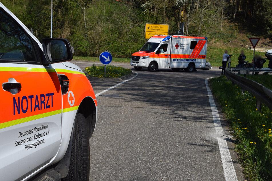 Notarzt und weitere Rettungskräfte am Unfallort.