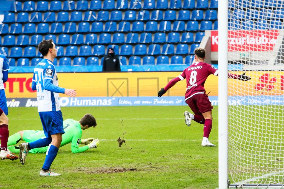 Heinz Mörschel (r.) dreht zum Jubeln ab: Dank des Winter-Neuzugangs vom KFC Uerdingen gewann Dynamo Dresden im Derby beim 1. FC Magdeburg mit 1:0.