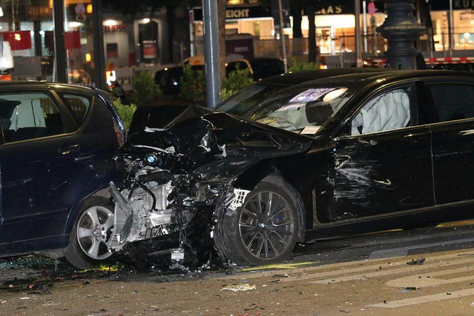 Ein BMW hat am Montagabend auf dem Berliner Kurfürstendamm einen schweren Unfall mit schrecklichen Folgen verursacht.