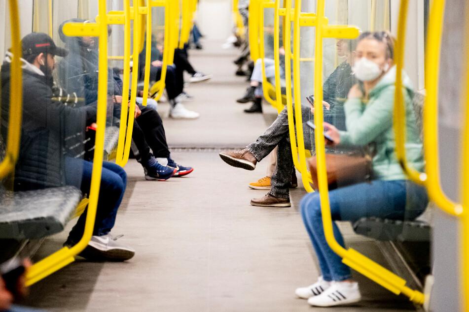 Berlin: Eine Frau trägt in der U-Bahn einen Mundschutz. Andere Fahrgäste nicht.
