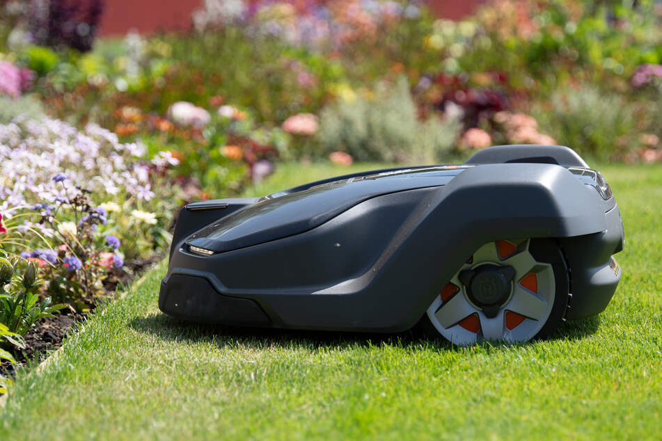Robot lawn mower warns owner that it's being abducted
