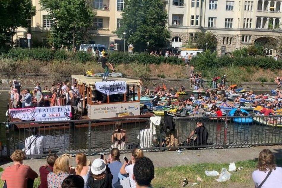 """""""Alle in einem Boot"""": Aus Demo wird riesige Spree-Party"""