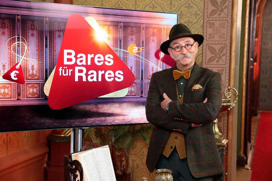 """Moderator Horst Lichter steht neben dem Logo der Sendung """"Bares für Rares"""". Die Trödelshow holte den klaren TV-Quotensieg."""