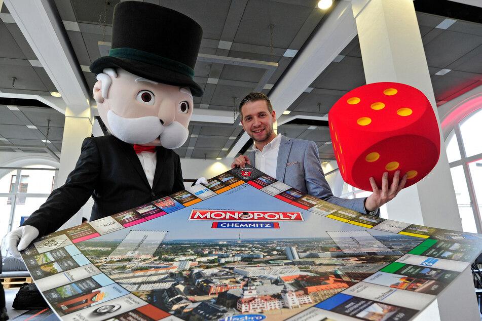 Florian Freitag (33) und Mister Monopoly suchen die Städte und Gemeinden, die es aufs Spielbrett schaffen.