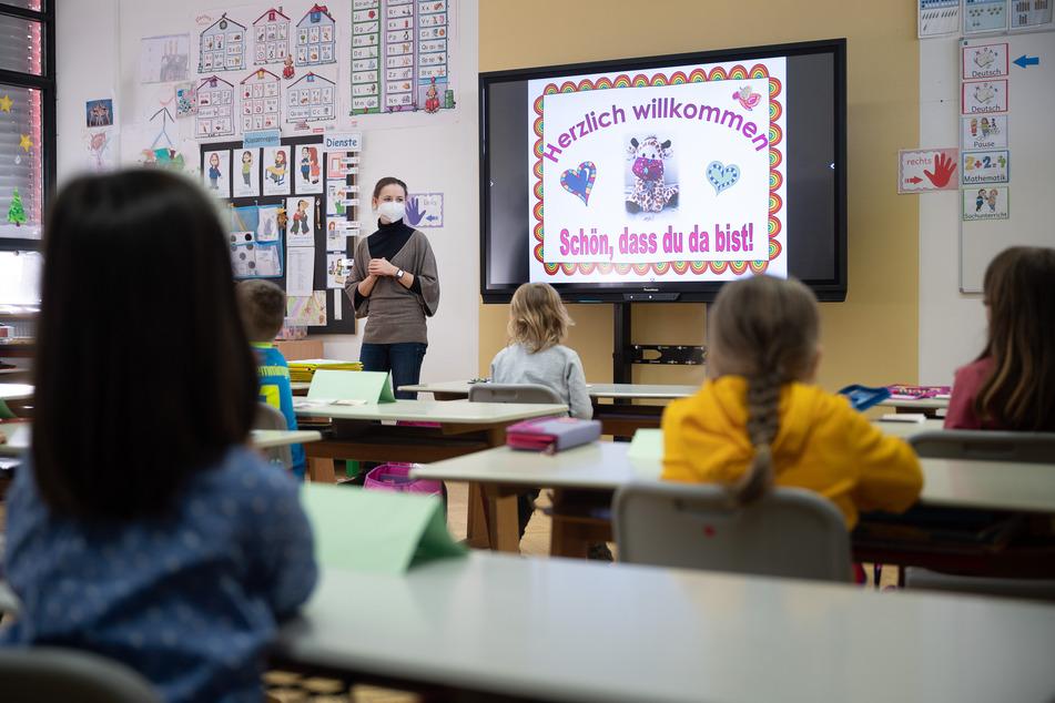 Zu Corona-Zeiten häufen sich die Pöbeleien gegen Lehrer. Am häufigsten betroffen sind der Umfrage zufolge Grundschulen, am wenigsten Gymnasien.