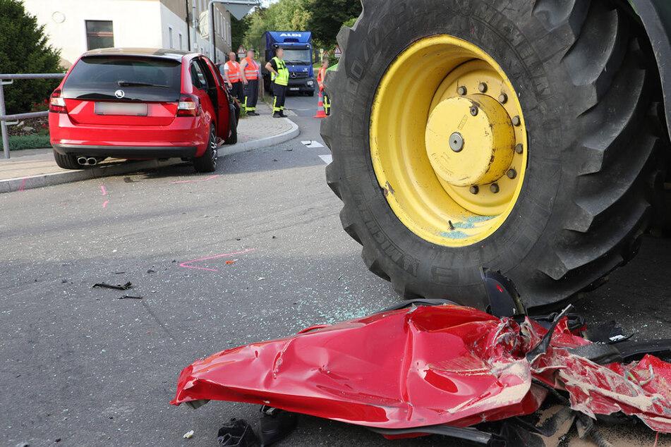 Skoda kollidiert mit Traktor: Drei Erwachsene und ein Kind verletzt