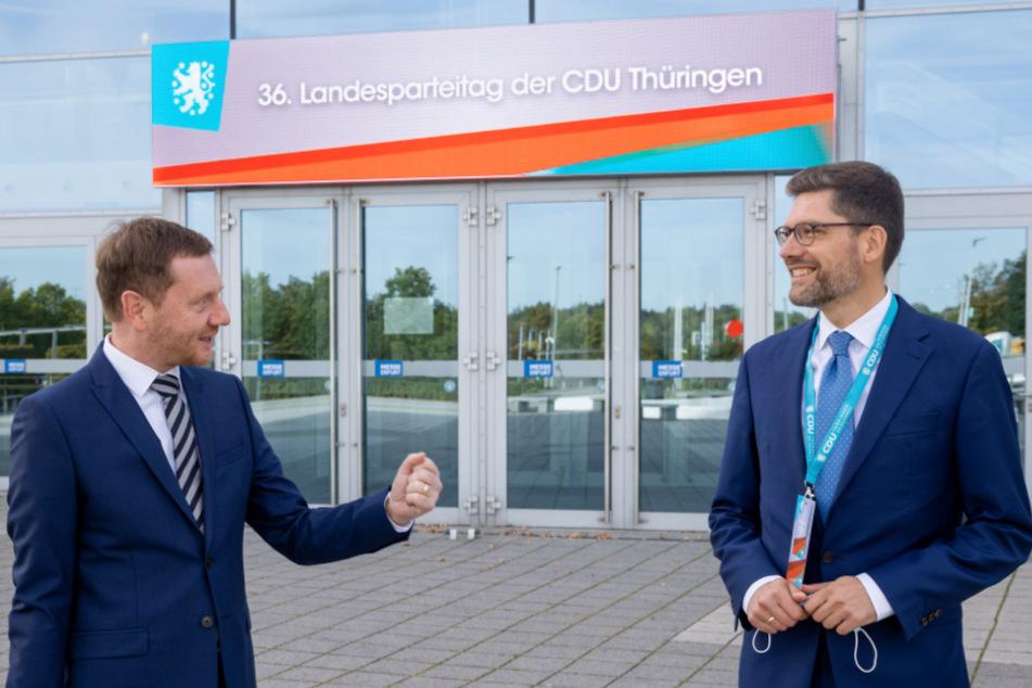 Erfurt: Christian Hirte (r.), stellvertretender Landesvorsitzender der CDU Thüringen, begrüßt beim Landesparteitag Gastredner Michael Kretschmer.
