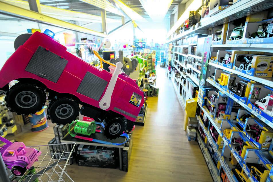 Daran entzündet sich die Kritik: Der Großhandel darf auch Fahrräder und Spielzeug verkaufen, kleine Läden nicht.