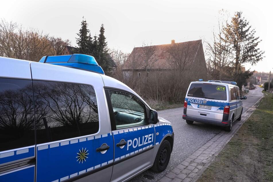 Polizisten bei der Durchsuchung in Nossen-Starbach.